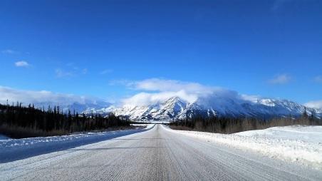 L'autoroute de l'Alaska, à l'approche du lac Kluane. ©Kelly Tabuteau