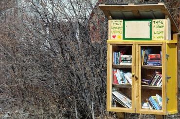 Une des nombreuses boîtes à livres de Whitehorse. ©Kelly Tabuteau
