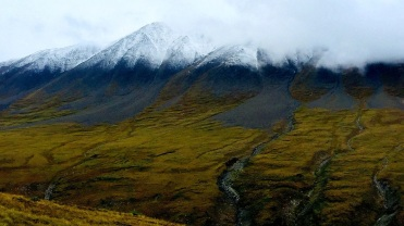Sur la droite du plateau, de grosses montagnes s'élèvent. ©Chris M.